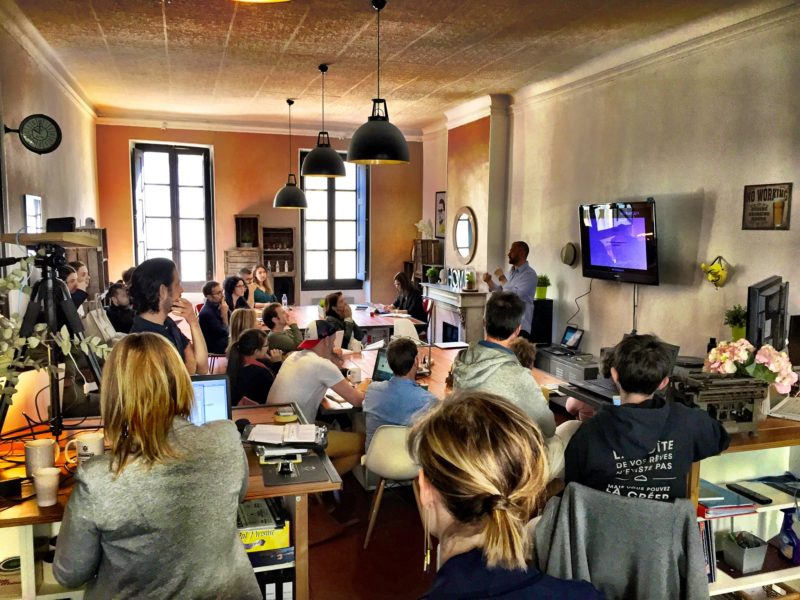 Un groupe de co-workers assistant à la présentation d'un orateur au coworking Group'Union à Marseille