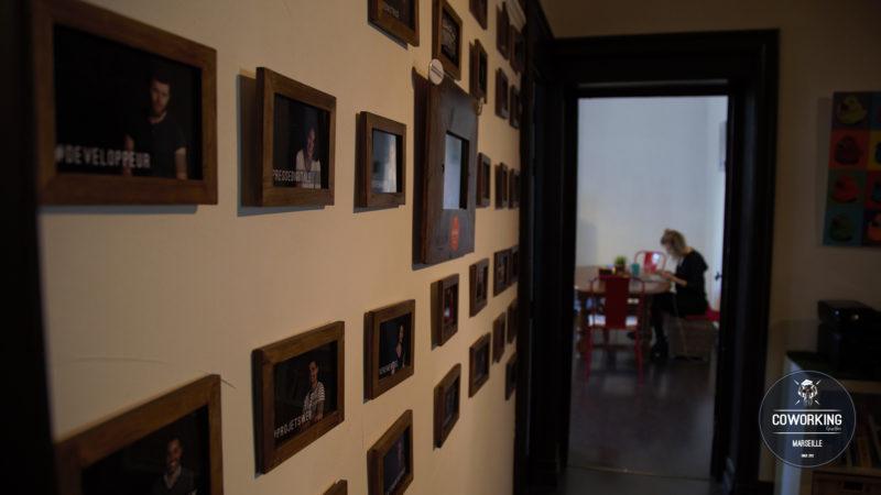 Le mur des coworkers devant la cuisine partagée de l'espace de cowork Group Union Marsaillais