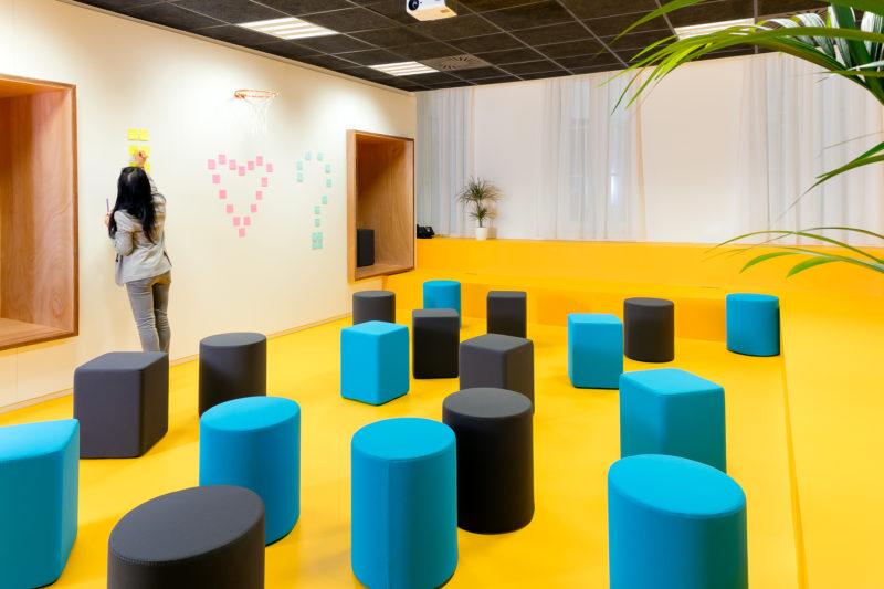 Une entrepreneuse qui crée une to do list dans l'espace de bien être dédié aux entrepreneur au coworking IlovIT à Marseille