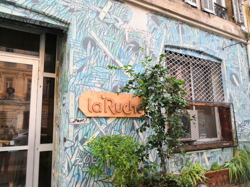 La façade des locaux du coworking La Ruche à Marseille