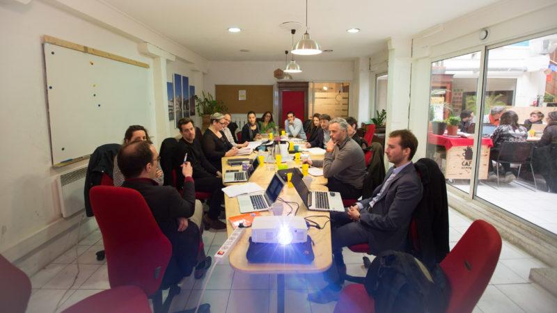 Des télétravailleurs assistant à une réunion dans une salle de conférence à l'espace de coworking la Ruche à Marseille