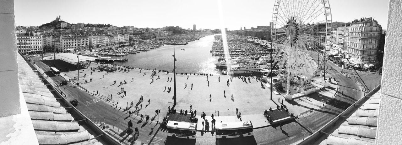 La vue imprenable de l'espace de coworking qui donne sur le vieux port